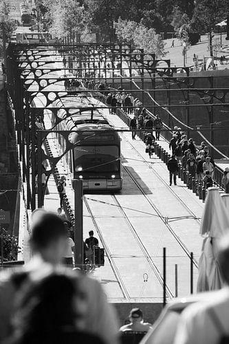 Tram op brug in Porto, Portugal (zwart-wit)