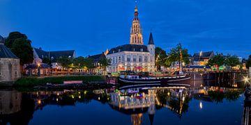 Panorama van de haven van Breda bij nacht van