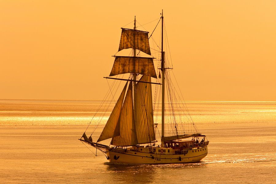 Zeilschip op de Waddenzee. van Hennnie Keeris
