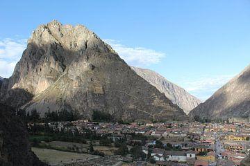 Gezicht in de berg - Peru van Martin van den Berg Mandy Steehouwer