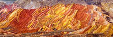 Landschap met rode en gele erosie heuvels van