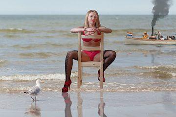 Mädchen auf Stuhl am Strand von Maarten Visser