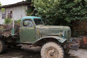 Oude Russische Zil legertruck in Bulgarije van Ger Beekes