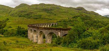 Glenfinnan Viaduct in grüner Landschaft von Hans-Heinrich Runge