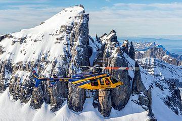 Bell 407 vliegend boven de Zwitserse Alpen van Jimmy van Drunen