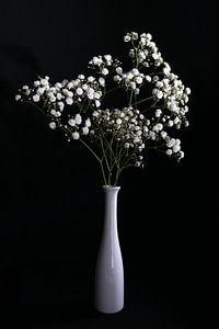 Stilleven met witte bloemen in witte vaas van Felix Sedney