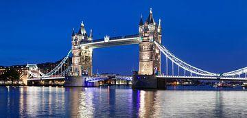 Tower Bridge op het blauwe uur in Londen van Markus Lange