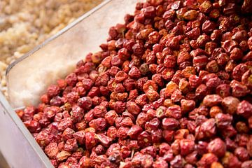 herbes, baies rouges sur le marché à dubaï sur Karijn Seldam