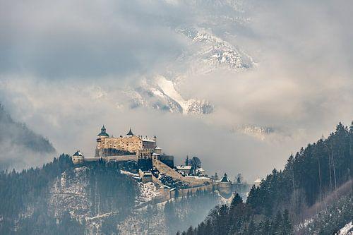 Kasteel Hohenwerfen in de wintermist - Werfen, Oostenrijk van