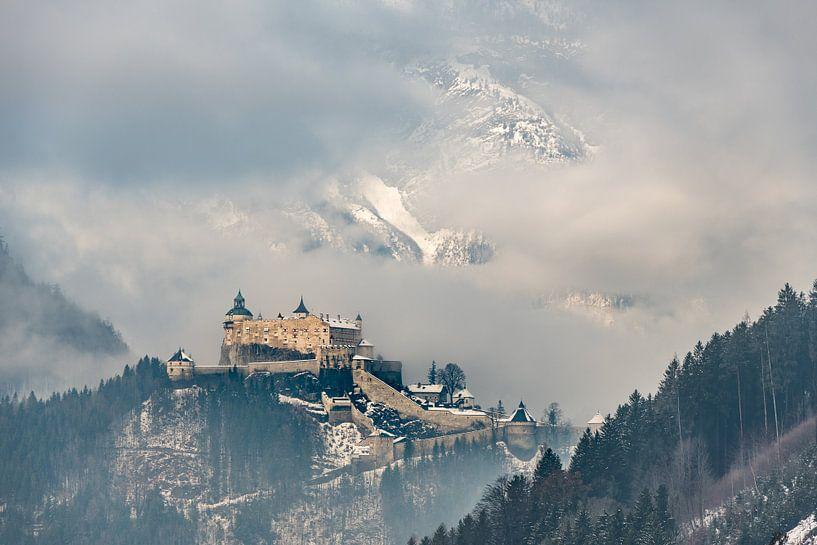 Kasteel Hohenwerfen in de wintermist - Werfen, Oostenrijk van Henk Verheyen
