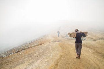Schwefelbergarbeiter am Indonesischen Vulkan von