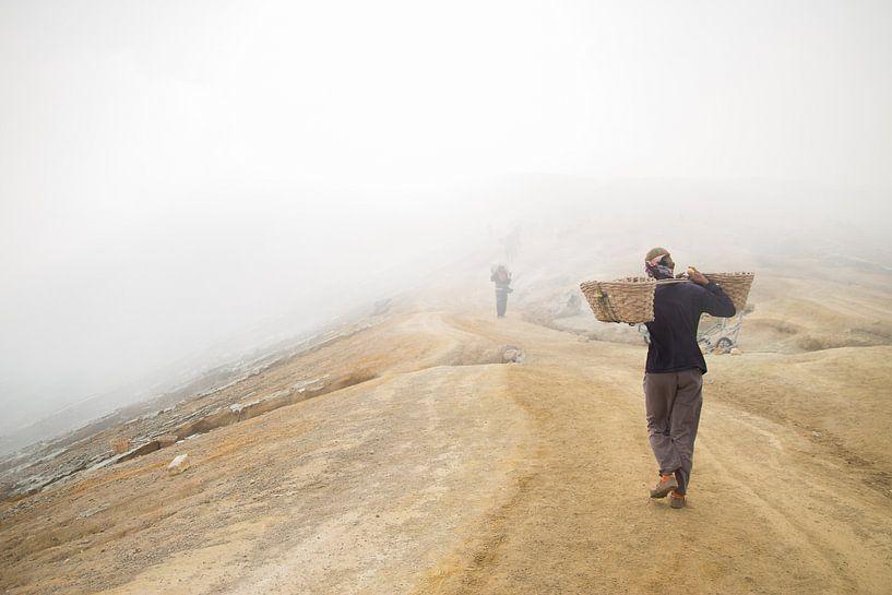 Zwavel Mijnwerker op Indonesische Vulkaan van Thijs van den Broek