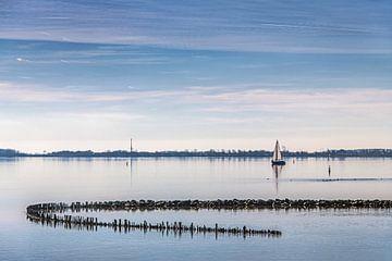 Zeilboot op het Lauwersmeer vlak bij de sluizen van Lauwersoog van