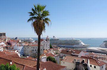 Lissabon: Uitzicht vanaf de Mirador Portas do Sol van Berthold Werner
