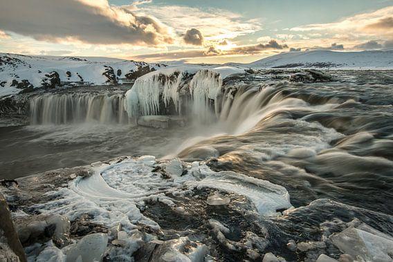 Godafoss, een mooie zonsopkomst in de winter van Gerry van Roosmalen