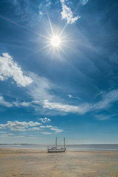 Bootje op t droge bij eb op het strand van Harlingen, Friesland. sur Harrie Muis