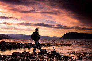 Fischen während des Sonnenuntergangs im Sunndalsfjord, Norwegen von