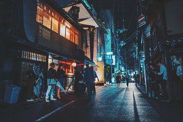 Kyoto, Gion district, in de avond van Tom Rijpert