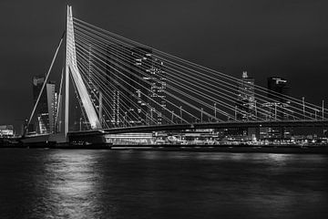 Erasmusbrug Rotterdam nacht - Zwart-Wit von Peter de Jong