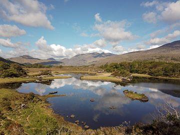 Lake met reflecties in Ierland van Robin Jongerden