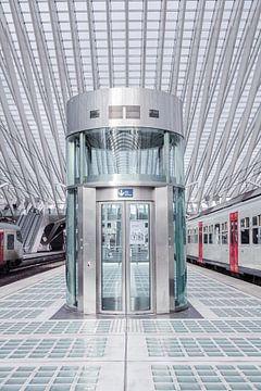 Aufzug auf dem Bahnsteig des Bahnhofs Lüttich - Guillemins von Daan Duvillier