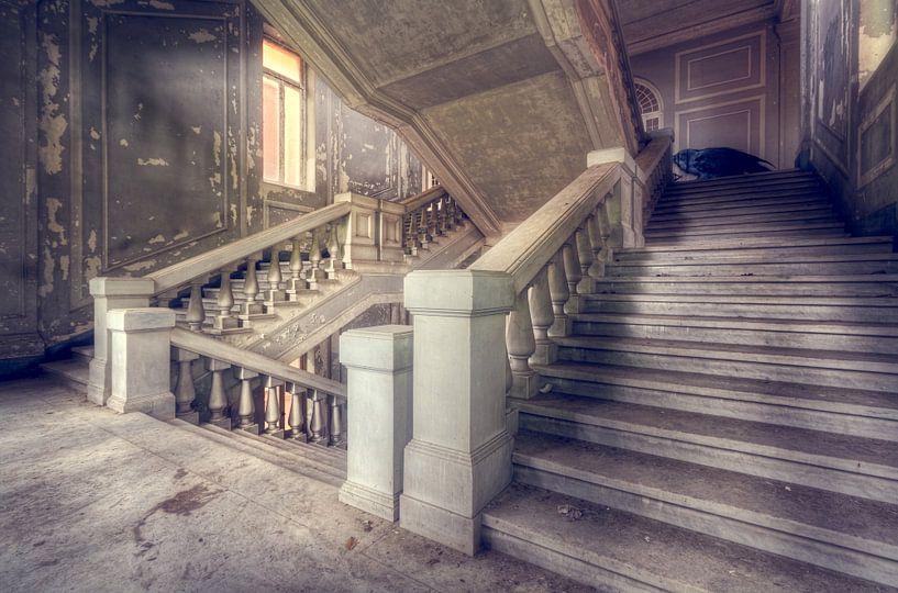 Ich präsentiere Ihnen … – verfallenes Treppenhaus, Italien. von Roman Robroek