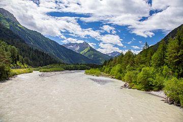 De rivier Lech tussen de Alpen in Tirol, Oostenrijk van Gerwin Schadl