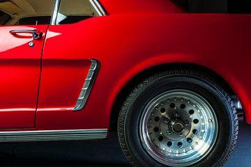 Detail eines roten Ford Mustang von 1964 von Ruurd Dankloff