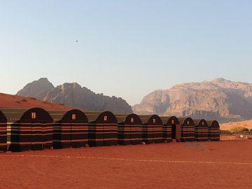 Tentenkamp in Wadi Rum, Jordanië van Nadine Geerinck