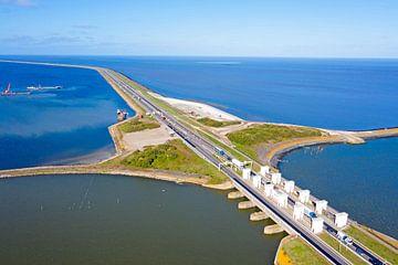 Luchtfoto van de sluizen bij Kornwerderzand aan het IJsselmeer van Nisangha Masselink