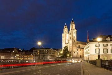 Brug over de Limmat Zürich in het blauwe uur van Dennis van de Water