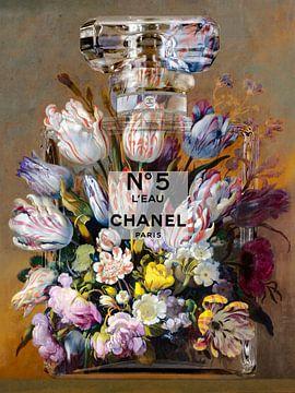 Blumen in einer Parfümflasche von Dennisart Fotografie