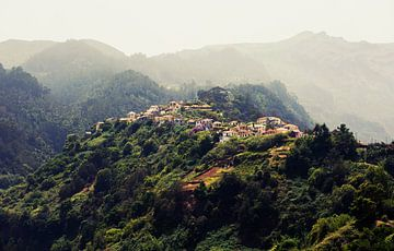 Kleines Dorf in den Bergen, Madeira von Sebastian Rollé - travel, nature & landscape photography