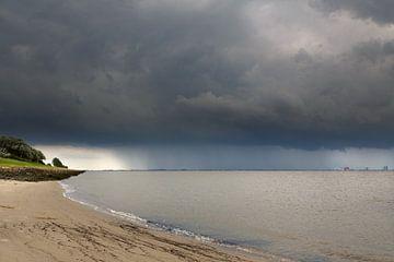 Gewitterwolken am Dollart van Rolf Pötsch