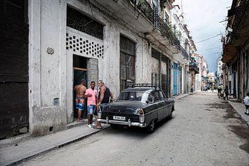 HAVANA, CUBA Scène de rue avec bâtiments colorés et vieille voiture américaine au centre-ville de La sur Tjeerd Kruse
