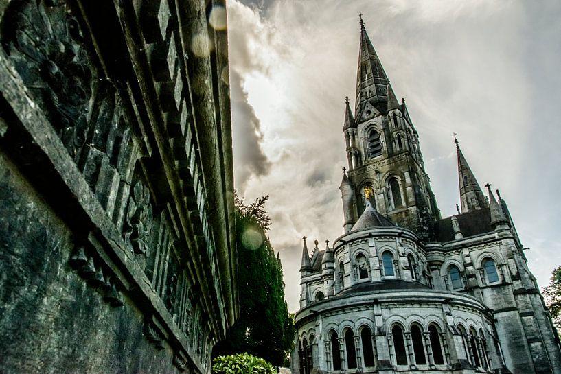 Onderaanzicht van de Saint Fin Barre's Kathedraal Cork in Ierland van Paul van Putten