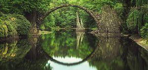 Rakotzbrücke in Kromlau mit Spiegelung im See von Jean Claude Castor