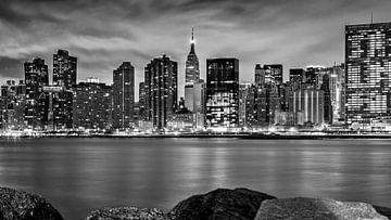 Skyline Manhattan/Empire State Building bei Nacht (schwarz-weiß) von Natascha Velzel