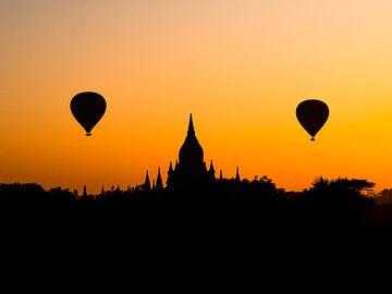 Een silhouet van een magische ballonvlucht over Bagan van Rik Pijnenburg