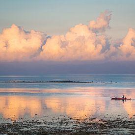 Filipijnen - Cebu Island - Een visser in de ochtendzon op de wateren van Moalboal van Rik Pijnenburg