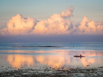 Filipijnen - Cebu Island - Een visser in de ochtendzon op de wateren van Moalboal