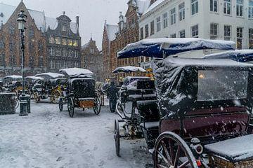 Verschneite Kutschen in Brügge von Mickéle Godderis