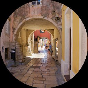 Steeg in de historische oude stad van Rab in Kroatië van Heiko Kueverling