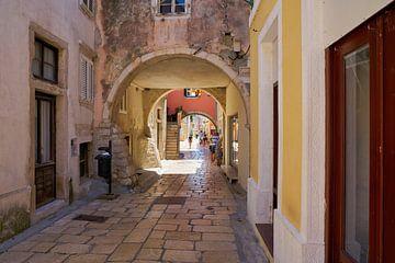 Ruelle dans la vieille ville historique de Rab en Croatie