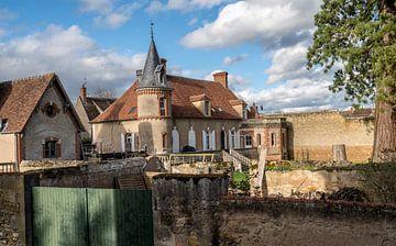 Ein Haus mit einem Turm in einem alten Dorf in Frankreich. von Ineke Mighorst