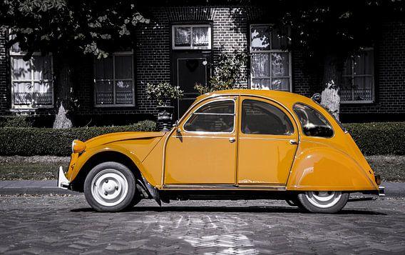 Citroën 2cv geel op zwart-witte achtergrond van Ronald George