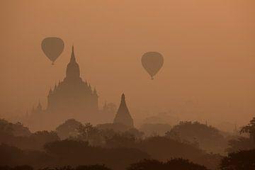 De tempels van Bagan in Myanmar bij zonsopgang van Roland Brack
