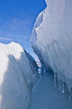 Symmetrische ijsbarst in de ijsmassa op meer baikal, blauw landschap van Michael Semenov