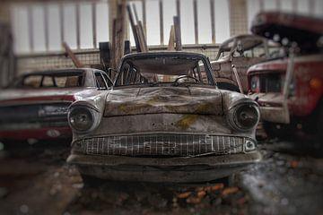 Oldtimer in een vervallen garage van Melvin Meijer