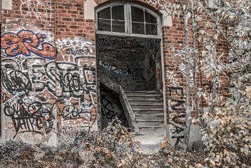 Treppe in einem verfallenen Gebäude von Ans Bastiaanssen